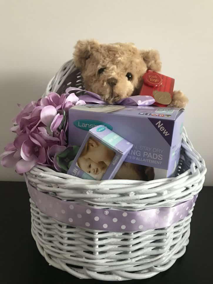 Coşuleţ cadou pentru mămică Mami alăptează cu nuanţe de alb şi violet