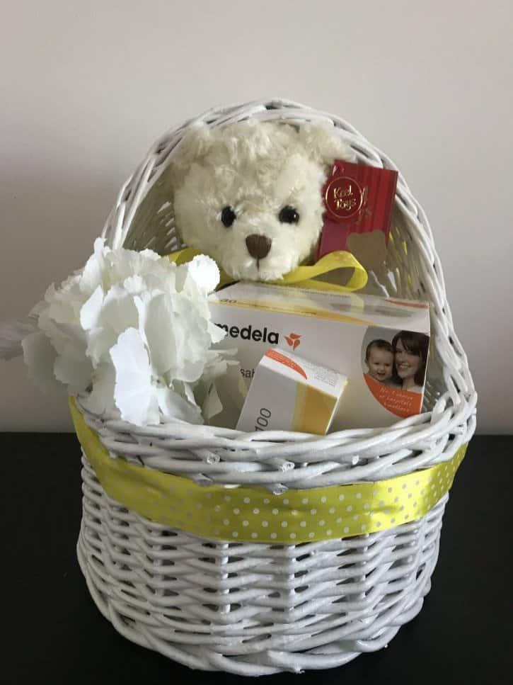 Coşuleţ cadou pentru mămică Mami alăptează cu nuanţe de alb şi galben